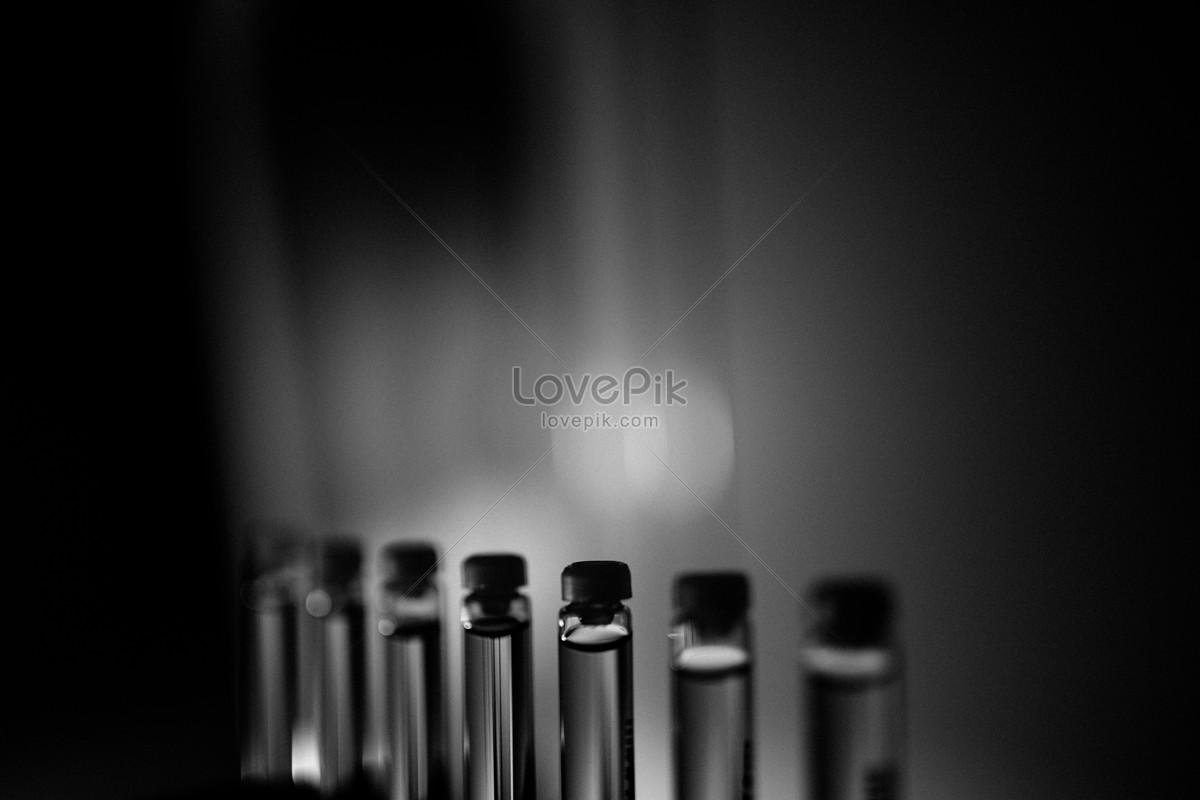 黑白玻璃瓶裏的医药