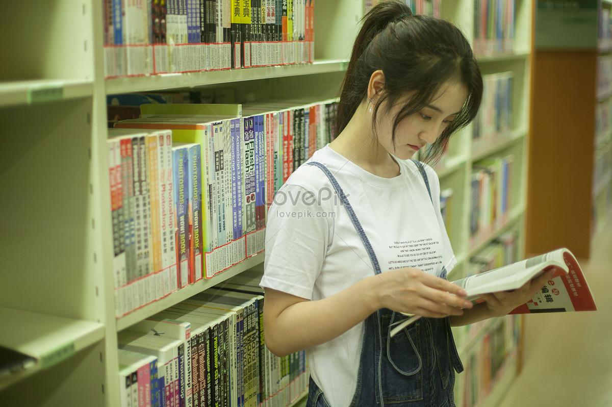 学校图书馆裏女同学在认真学习看书