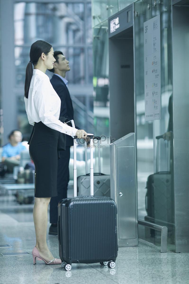 商务人士在机场等待电梯图片素材编号500545420_prf