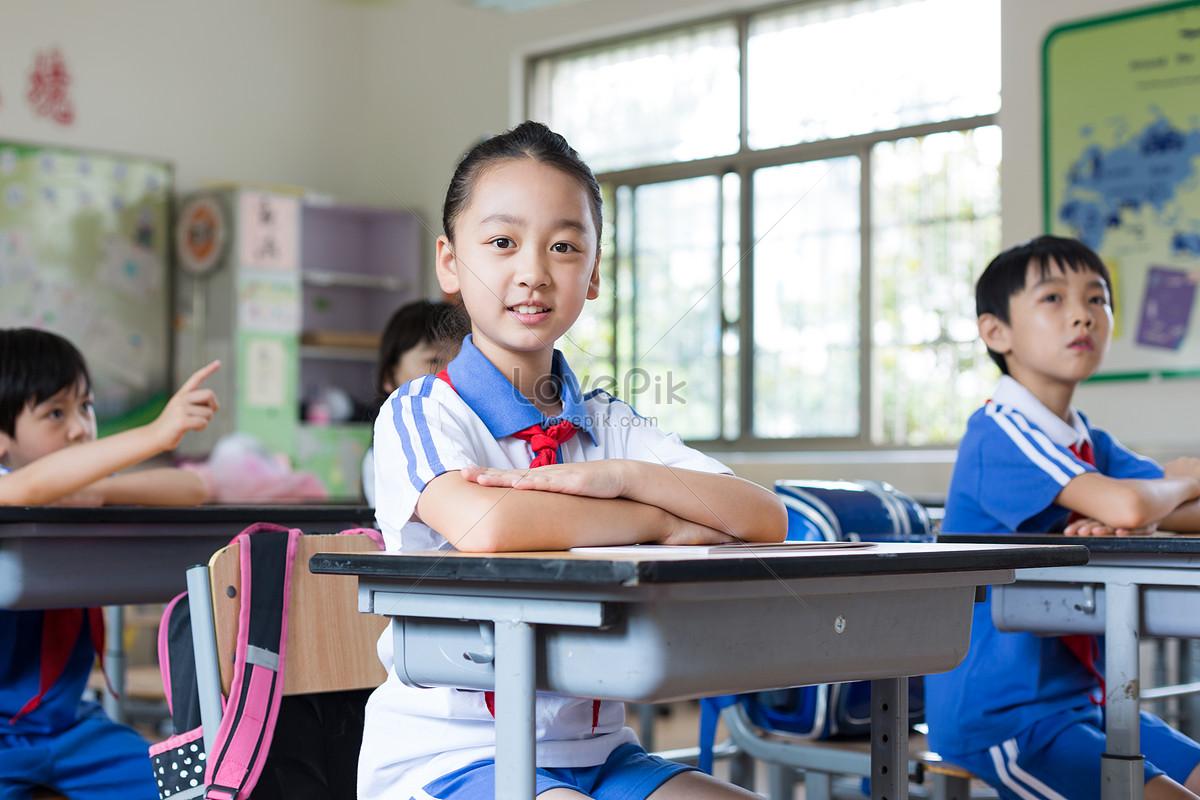 課堂舉手發言認真上課的小學生同學