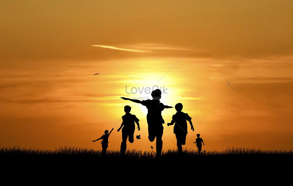 夕阳下玩耍的小孩剪影