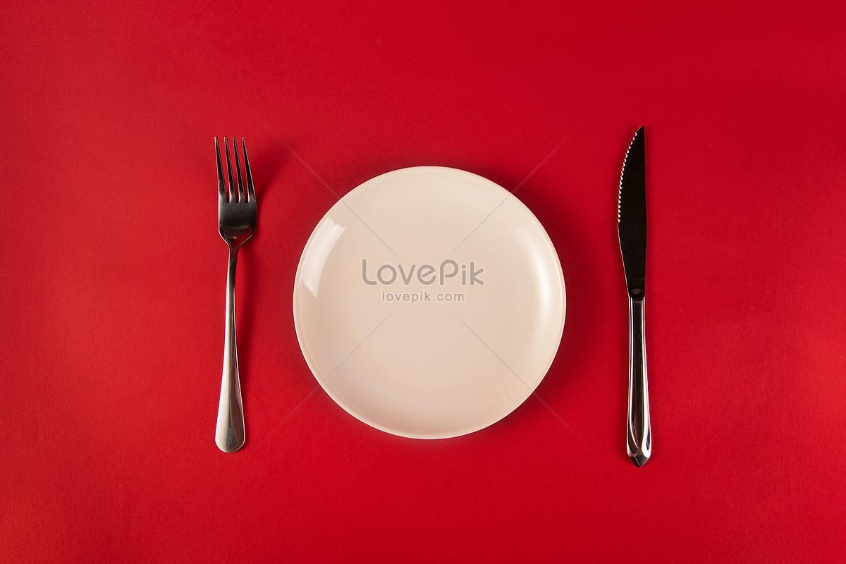 红色背景上的刀叉与盘子图片素材编号500910067_prf