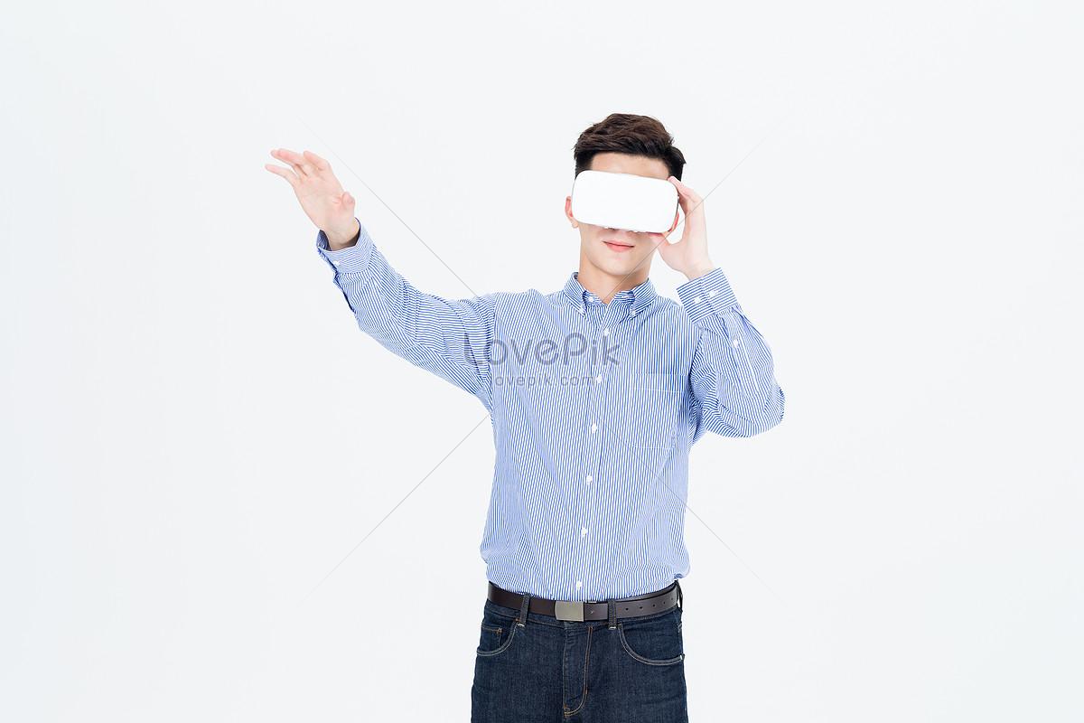 年轻男子戴vr眼镜体验虚拟现实图片素材编号500931975