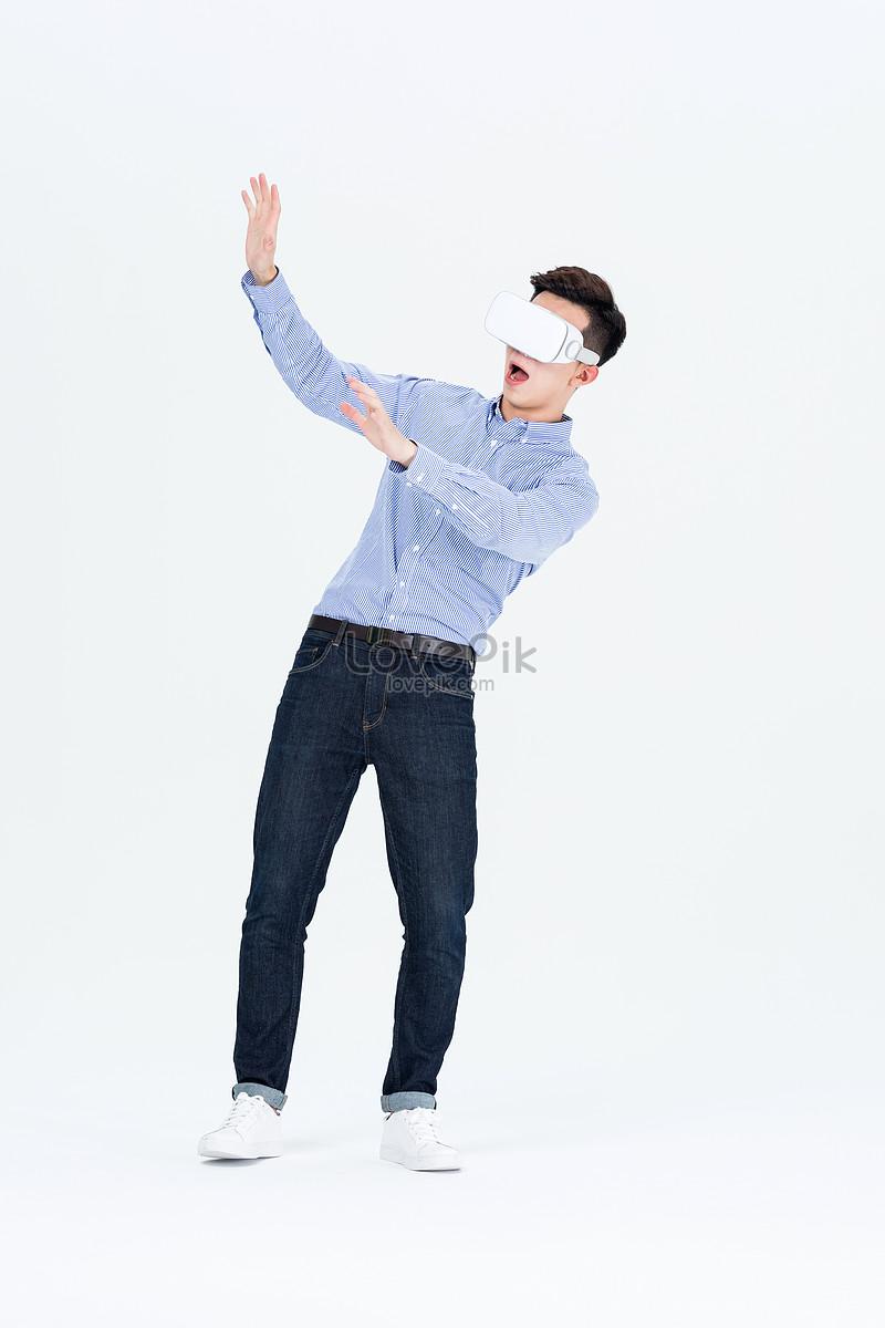 年轻男子戴vr眼镜体验虚拟现实图片素材编号500931983