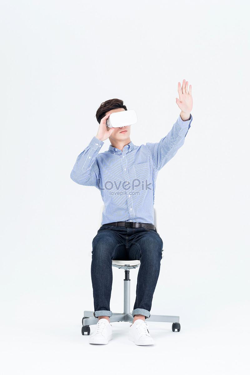 年轻男子戴vr眼镜体验虚拟现实图片素材编号500931991