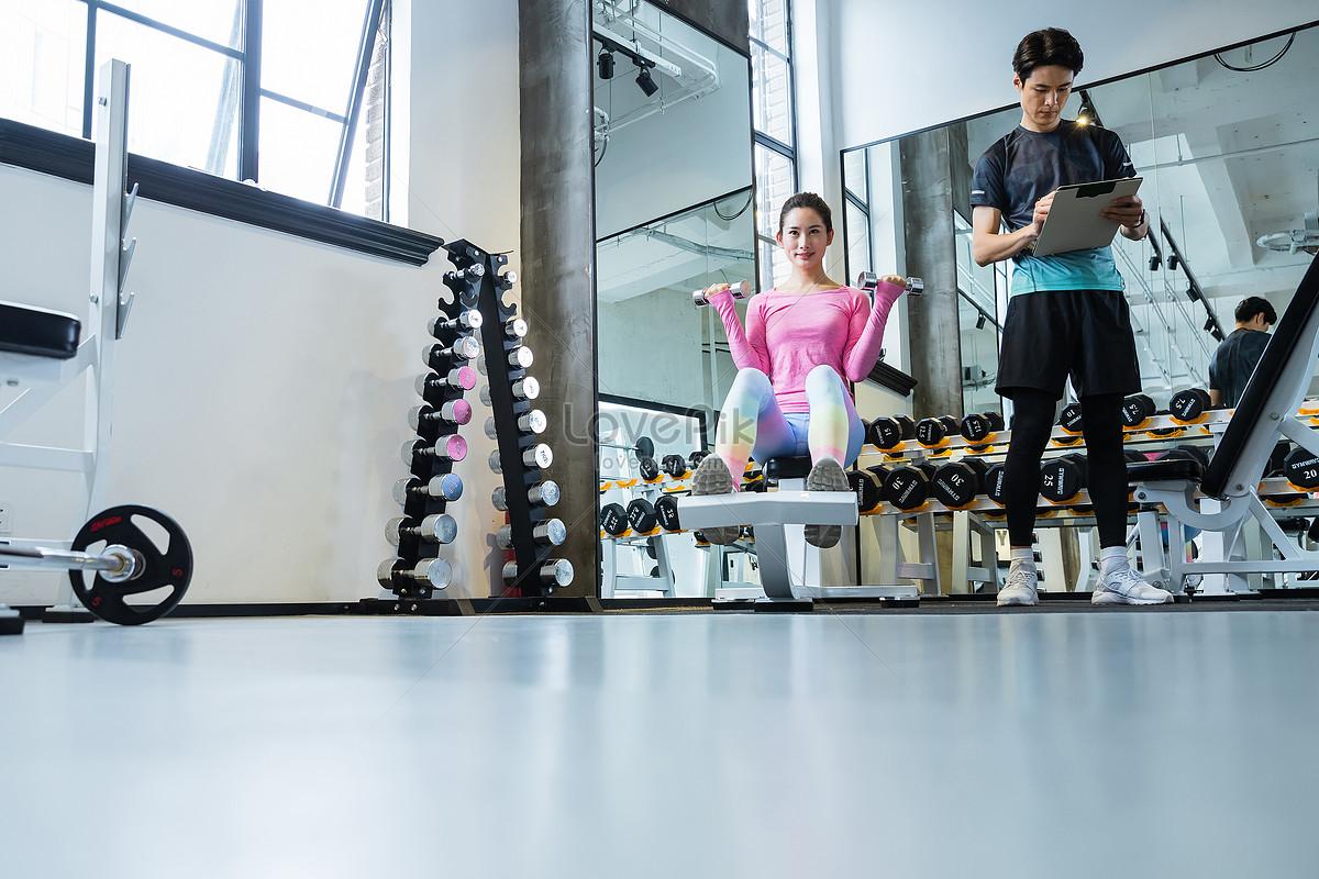 健身教练指导学员健身图片素材编号500945858_prf高清