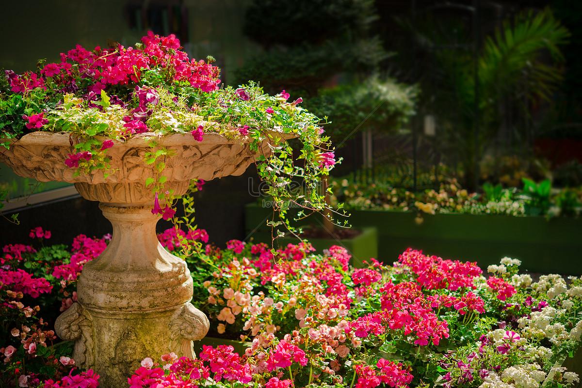 Полон сад цветами и