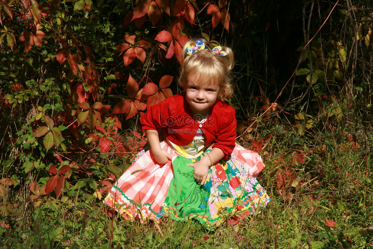 The little girl in the garden photo image_picture free download ...