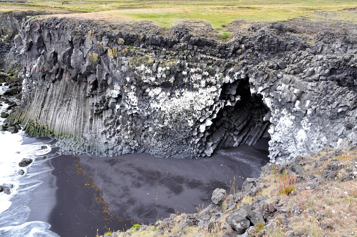 Bầu Trời Xanh Dưới Vách Đá Của Iceland