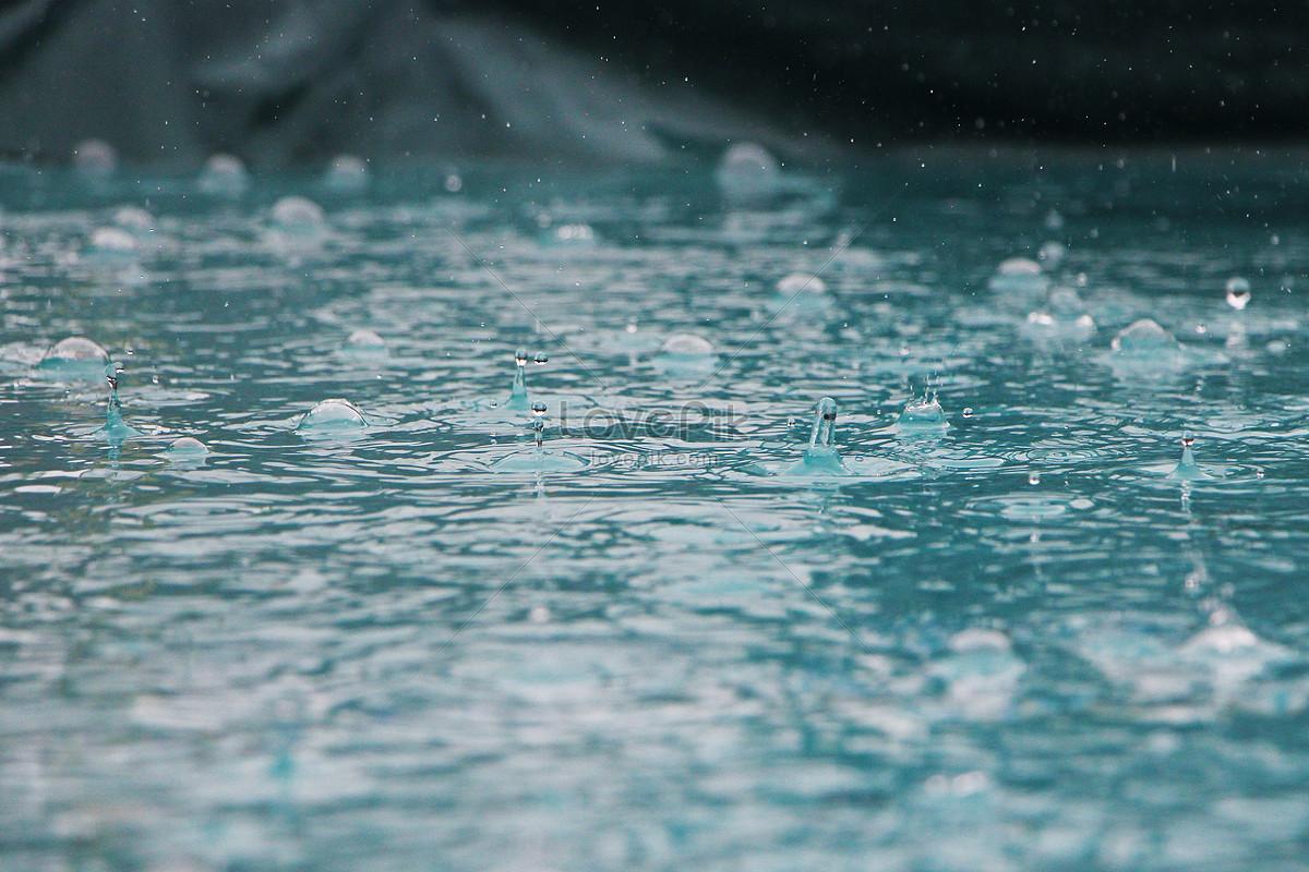 khi trời mưa trên mặt nước