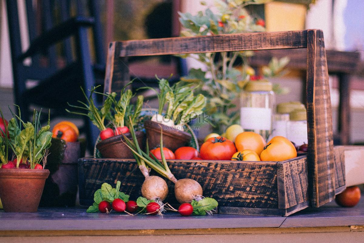 свежие овощи в деревянной корзине изображениефото номер