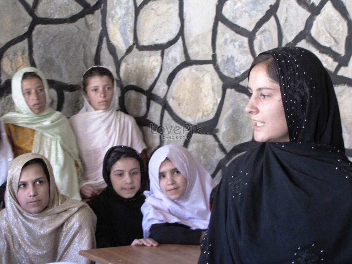 Bilder Zum Islamische Frau Die Ein Kopftuch Trägtdownload Foto