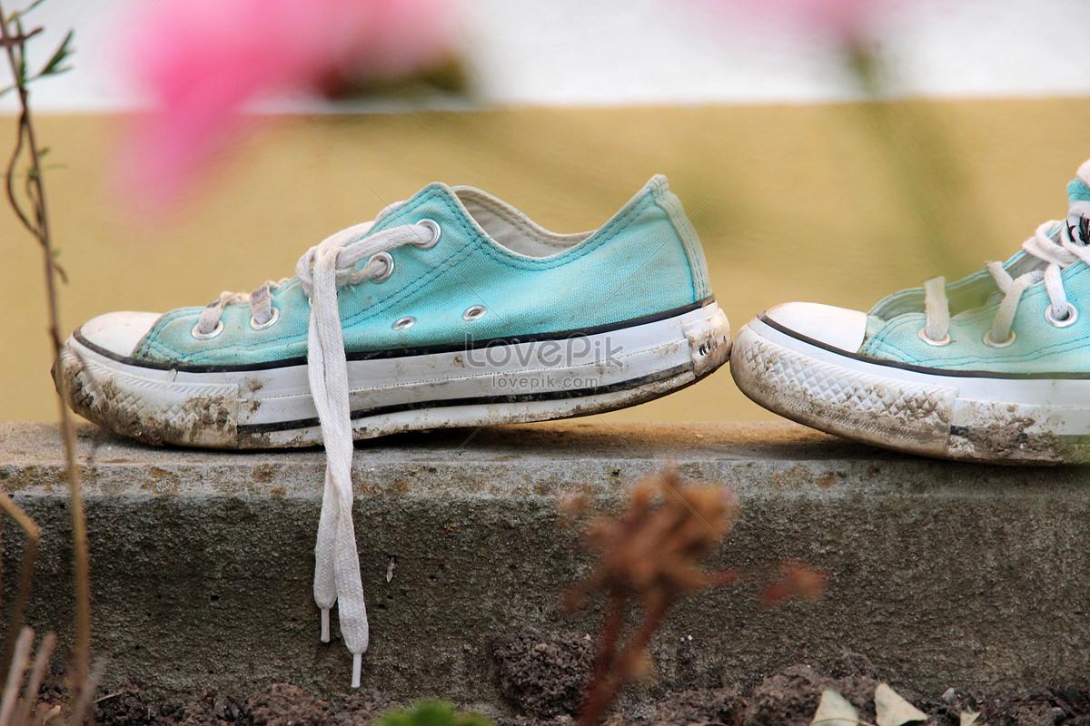 Risultati immagini per scarpe da ginnastica sporche