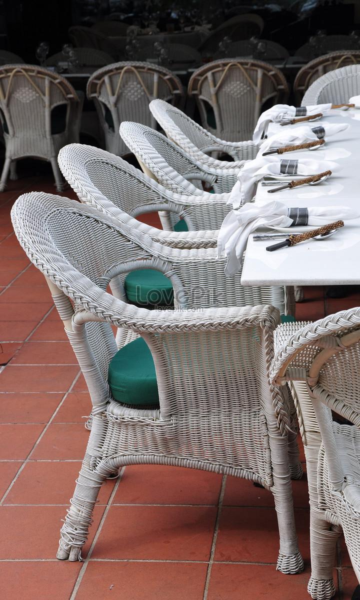 ghế mây với bàn đặt ra các bữa ăn