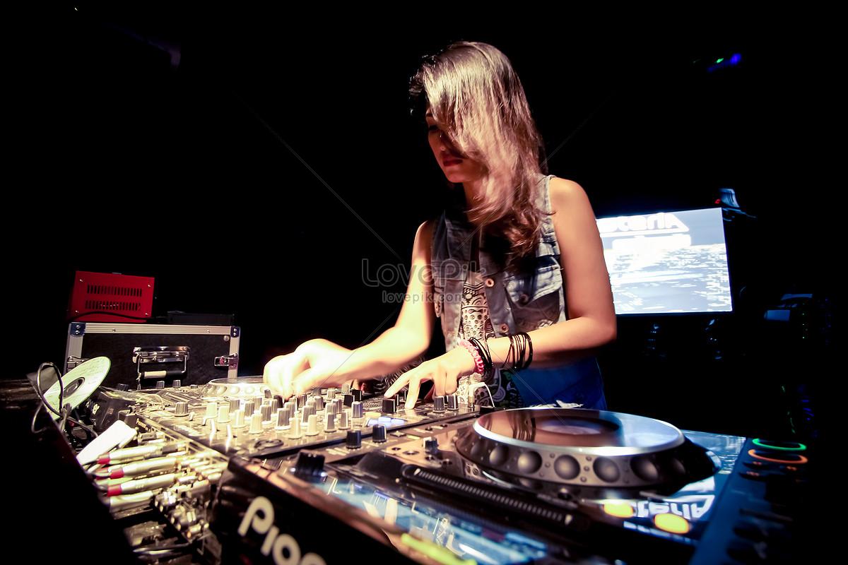 một cô gái trong bữa tiệc âm nhạc trên vai dj