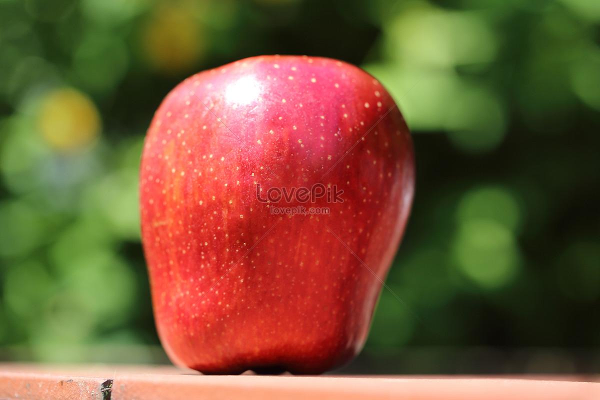 một quả táo đỏ trên bàn
