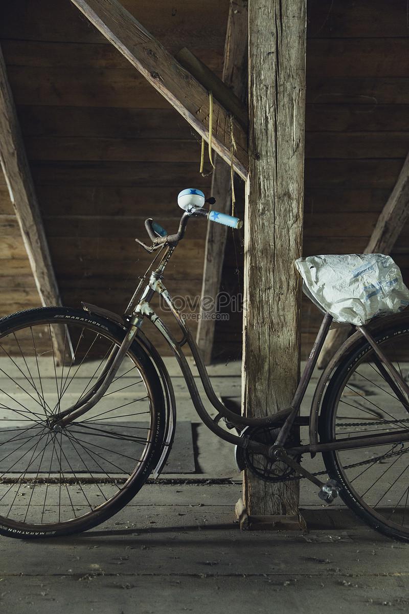 chiếc xe đạp cũ dừng lại ở phòng bên cạnh
