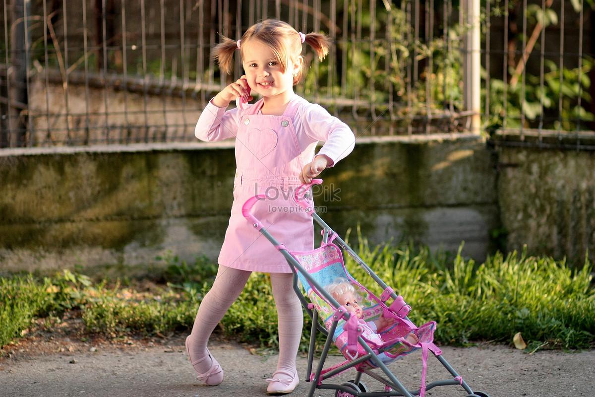 Una Nina Empujando Un Carro De Juguete Para Bebes Imagen Descargar