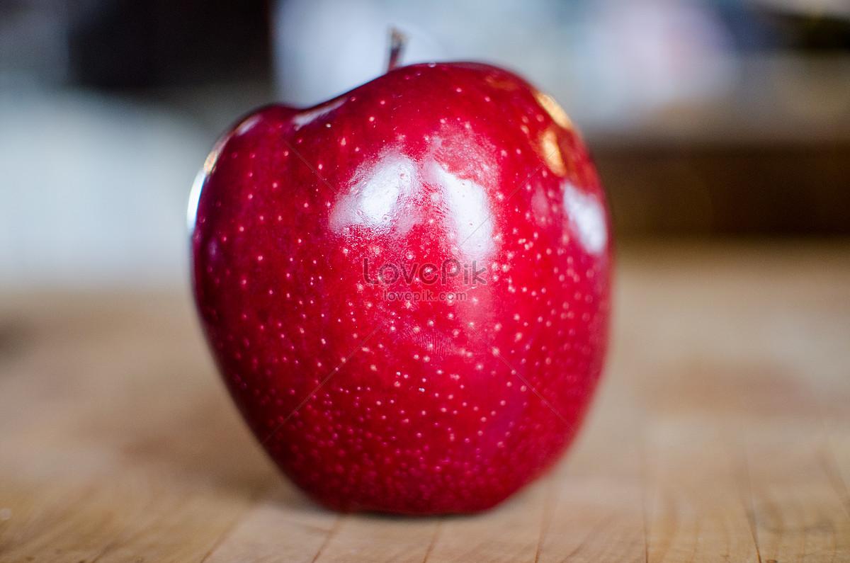 một quả táo đỏ và tươi sáng