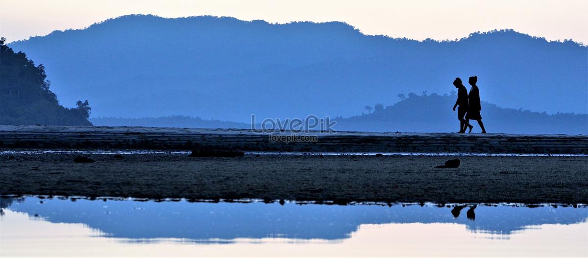 Một Cặp Đi Dạo Dọc Bờ Hồ