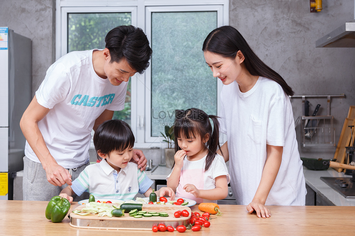 Family family and child cooking photo image_picture free download ...