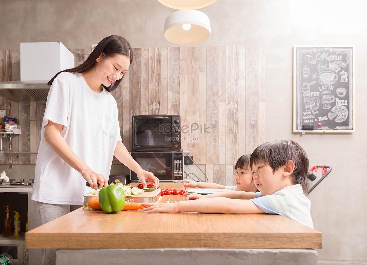 Keuken Voor Kinderen : Jonge ouders koken met kinderen in de keuken gratis