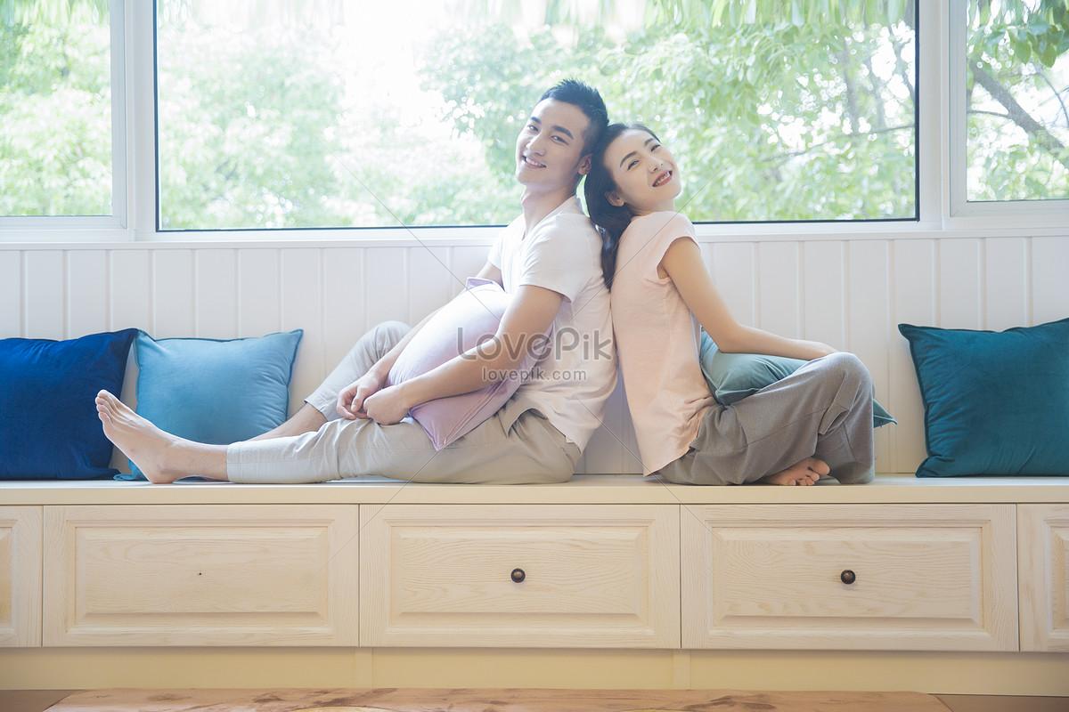 Пара отдыхает на диване фото брюнетки сзади