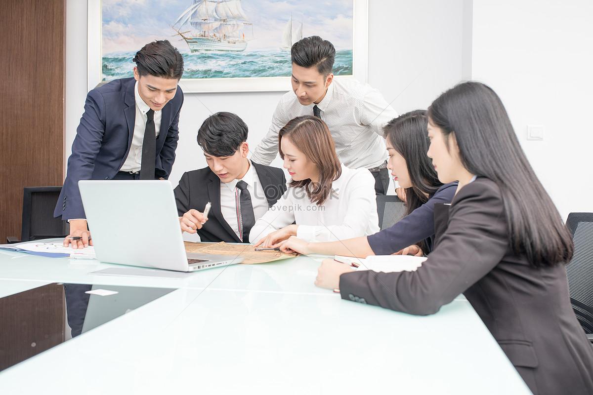 nhóm kinh doanh thảo luận về các công việc trong các phòng hội n