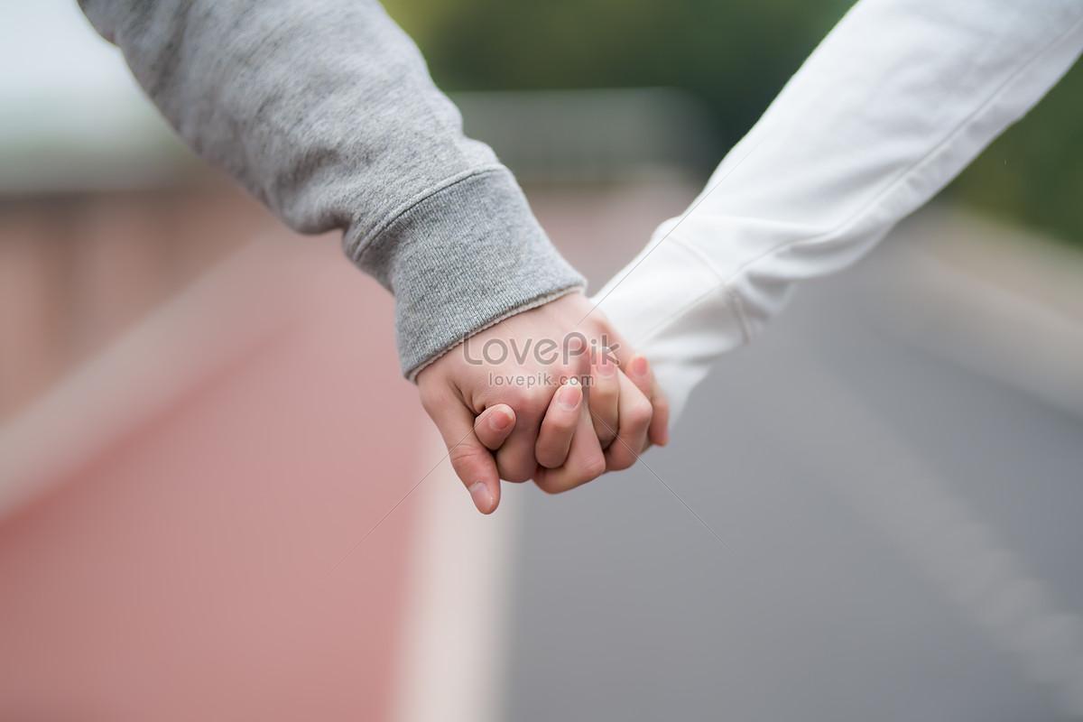 nắm tay người yêu ở ngoài trời
