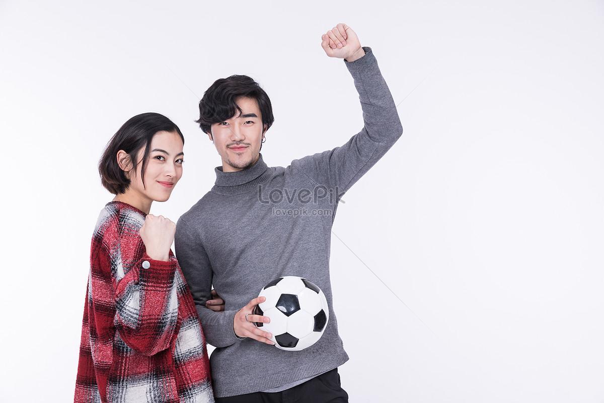 cặp vợ chồng hạnh phúc vui với bóng đá trong tay