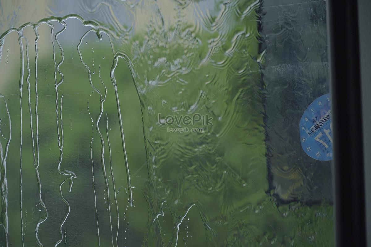 ngồi trong xe ngoài trời mưa