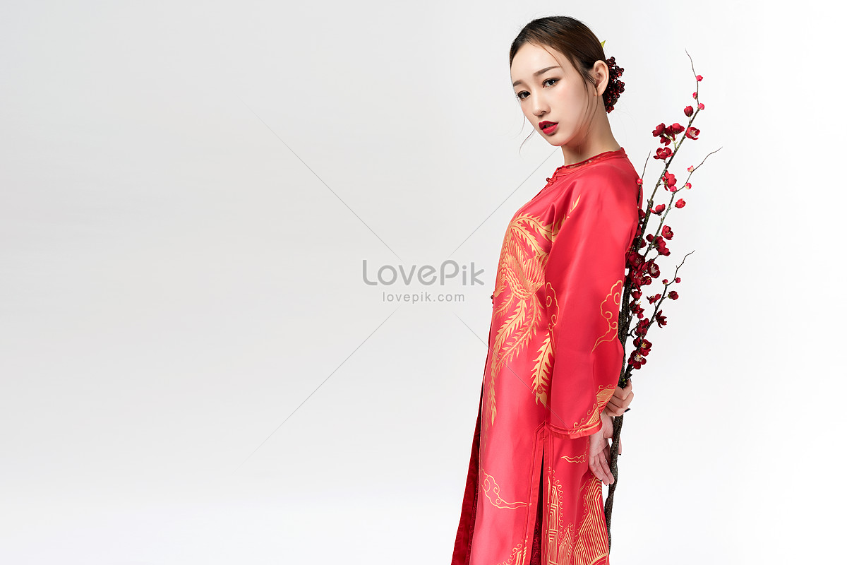 2e815a43162 Photo de belle femme en robe rouge tenant prune Numéro de l ...
