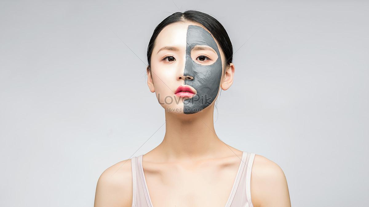 Жены позируют красавицы в масках дырками