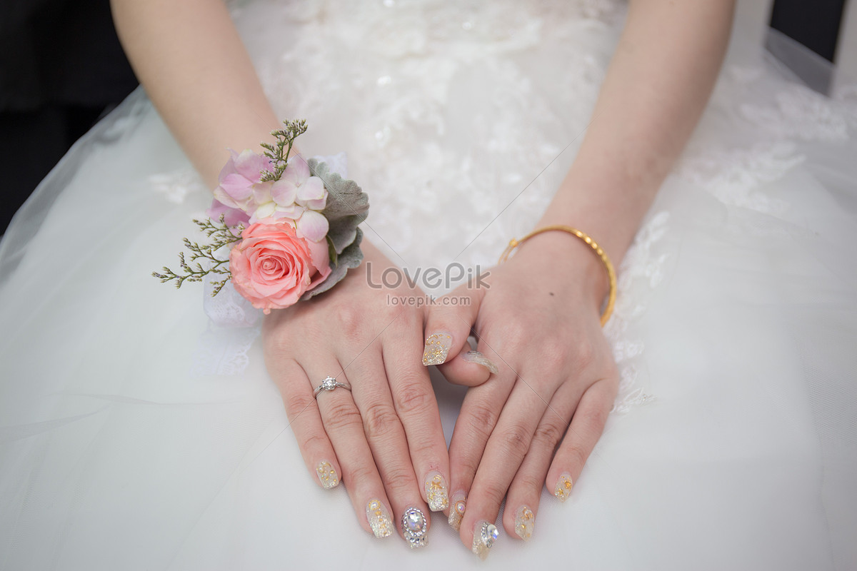 A bride\'s hand wearing a diamond ring photo image_picture free ...