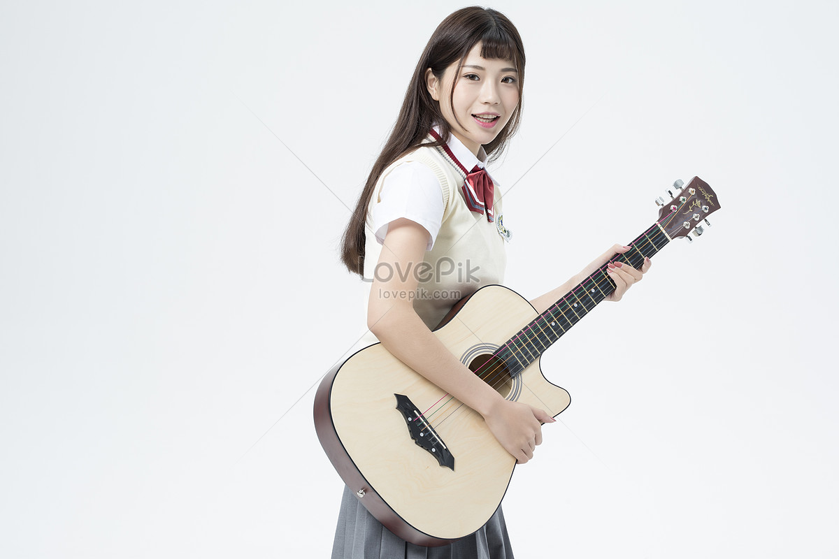 Pelajar Wanita Memegang Gitar Gambar Unduh Gratisimej