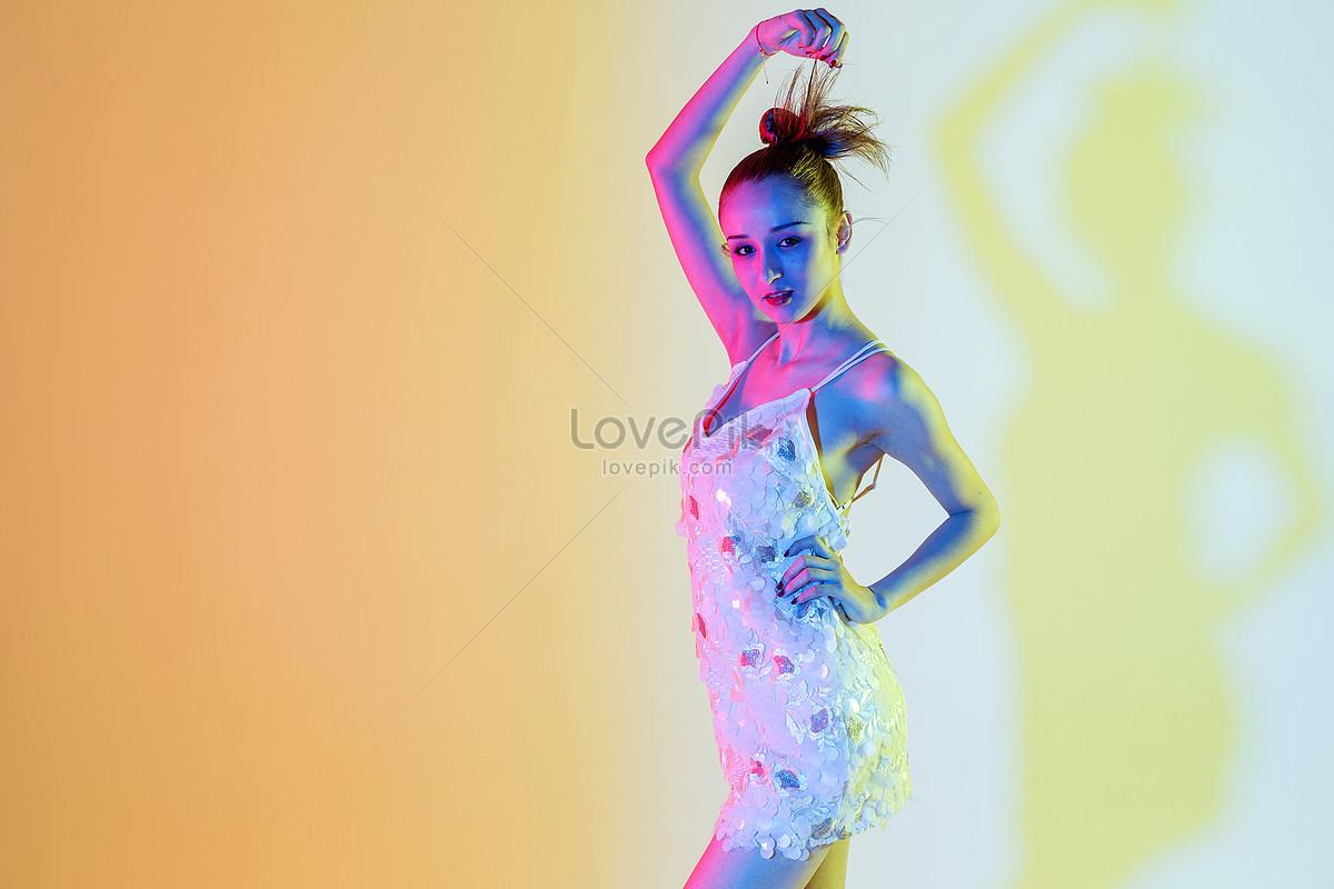 Ayunan Bebas Kreatif Warna Perempuan Muda Gambar Unduh Gratis Foto