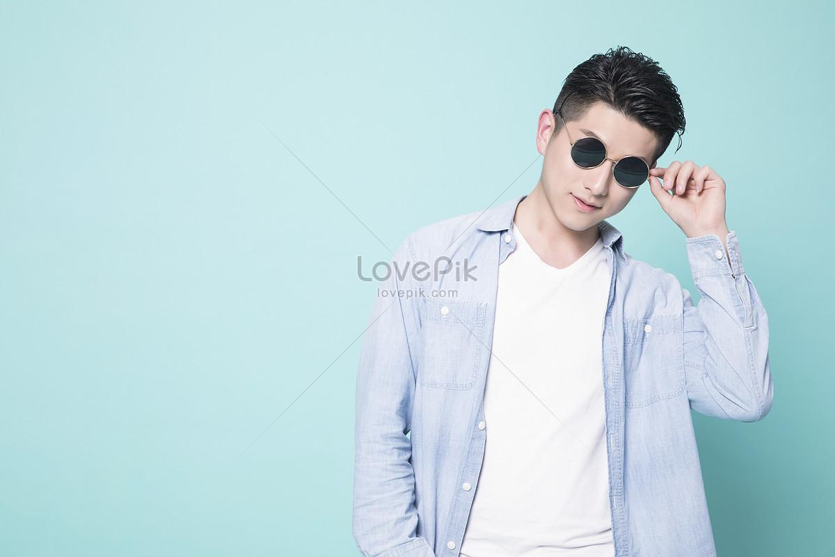 e8d13dbb4568c0 Photo de jeune homme portant des lunettes de soleil Numéro de l ...