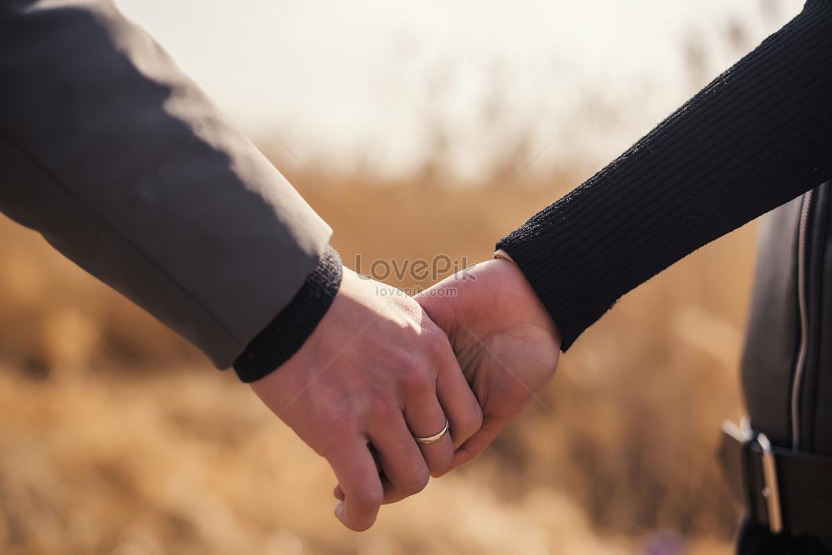 nắm tay nhau tình yêu