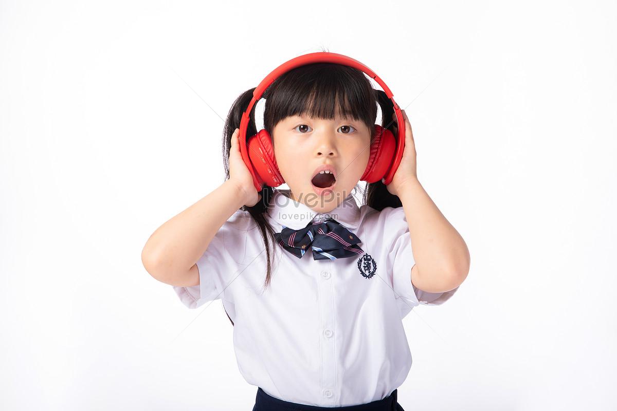 Photo De Petite Fille Avec Un Casque Découte De La Musiquenuméro De