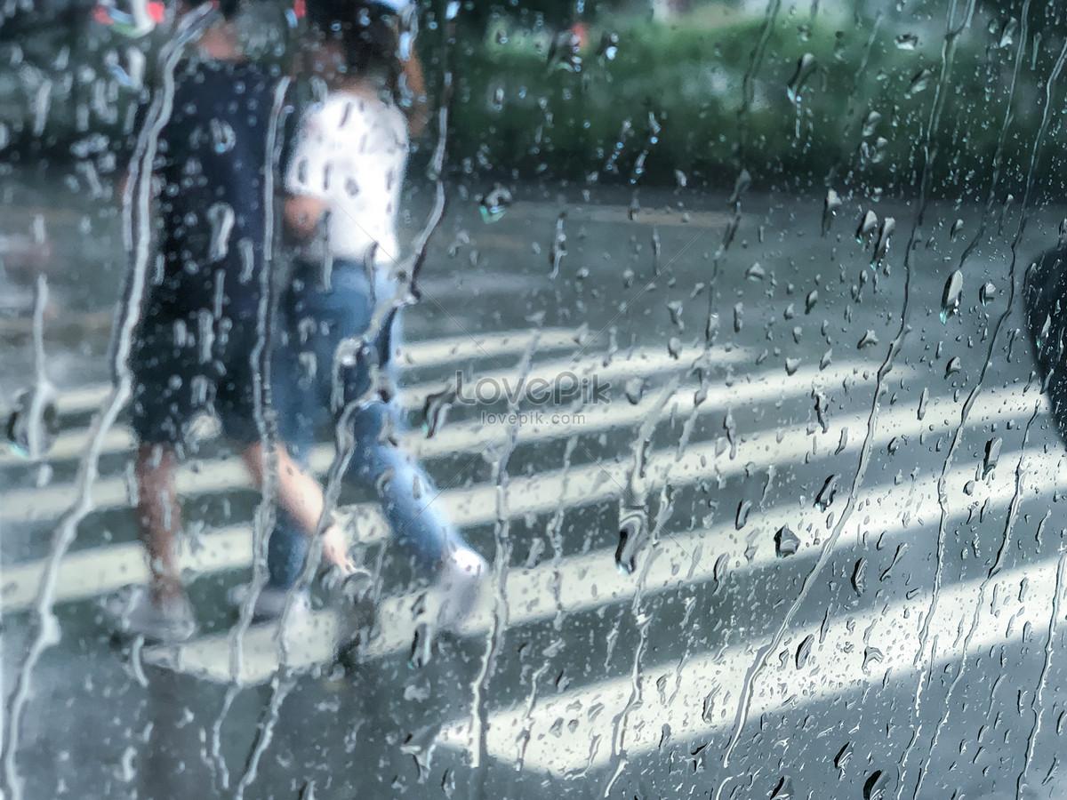 cặp đôi đi dưới trời mưa