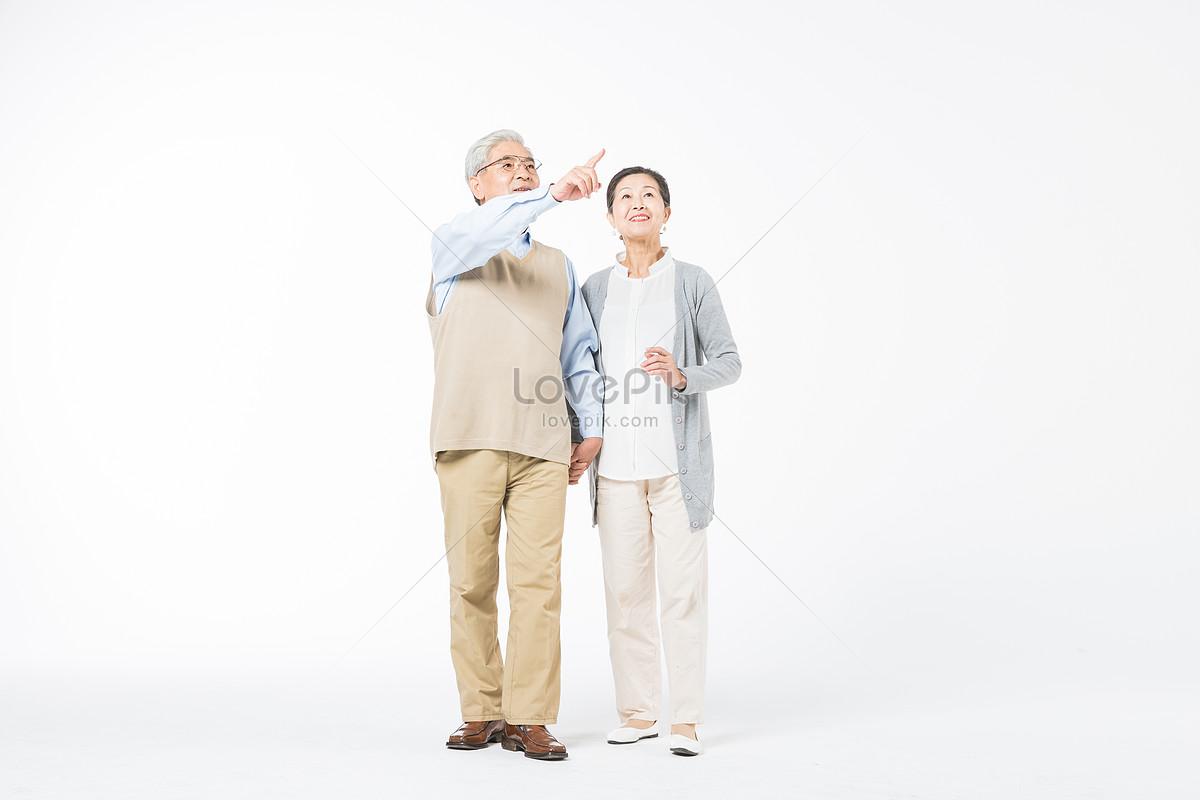 Feliz Pareja De Ancianos Tomados De La Mano Para Un Paseo Imagen