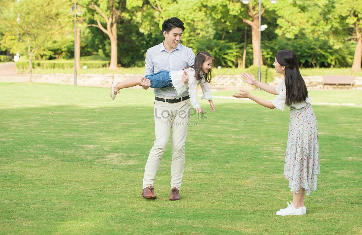 Jugando En Una Familia De Tres Parques Imagen Descargar Prf Foto